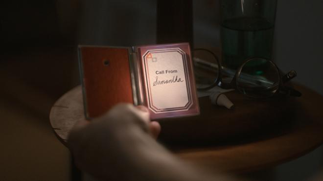 """Theo 的智能手机被设计成""""实在""""的样子,这样首先很重要的一点就是它的""""手感很好"""""""